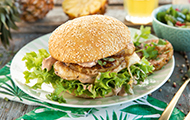 Hawaii-Burger mit Putenbrustfilet, Ananas und Lollo Bionda