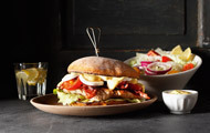 Rusty Burger Club-Sandwich-Style mit Pute, Bacon, Ei und Salat