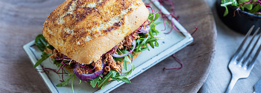 OMG Pulled Chicken Sandwich mit Rucola